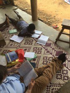 Enfants travaillant sur une natte en Afrique