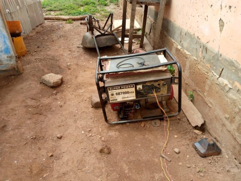 Groupe électrogène dans une cour en Afrique
