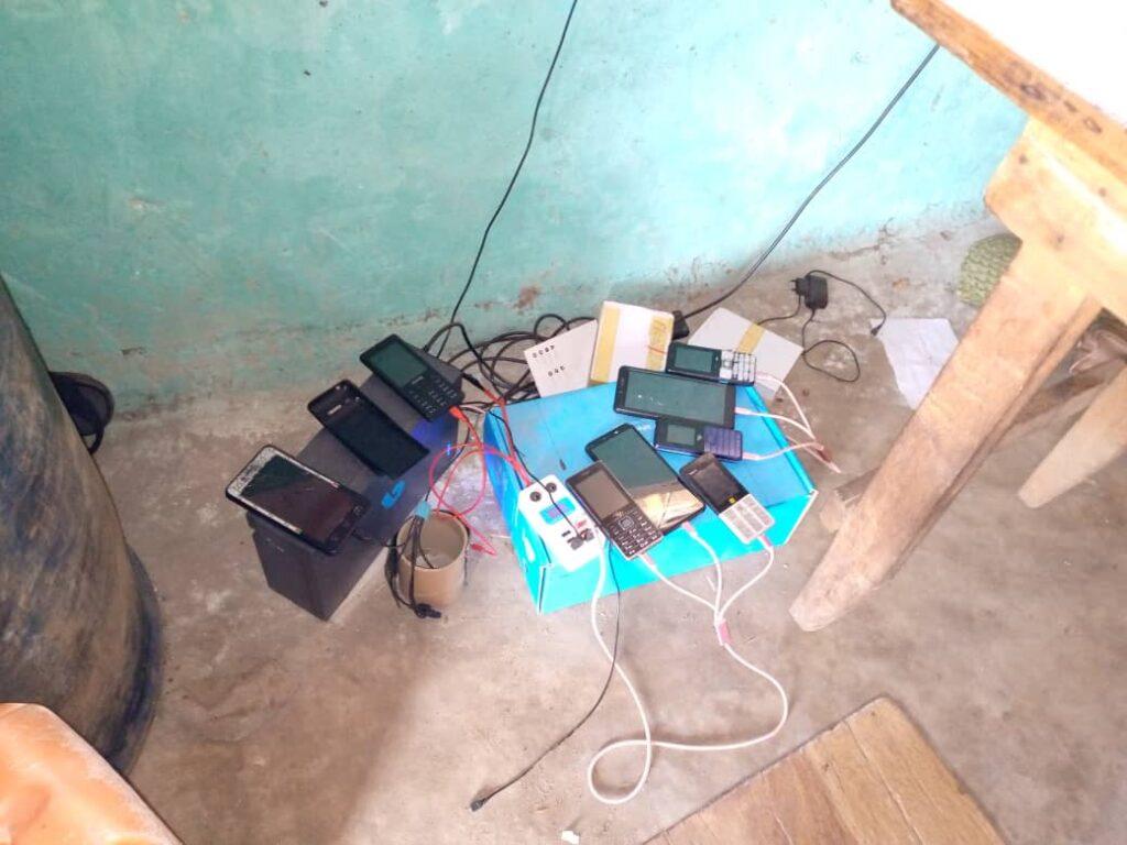 Des téléphones portables en charge dans une boutique en Afrique