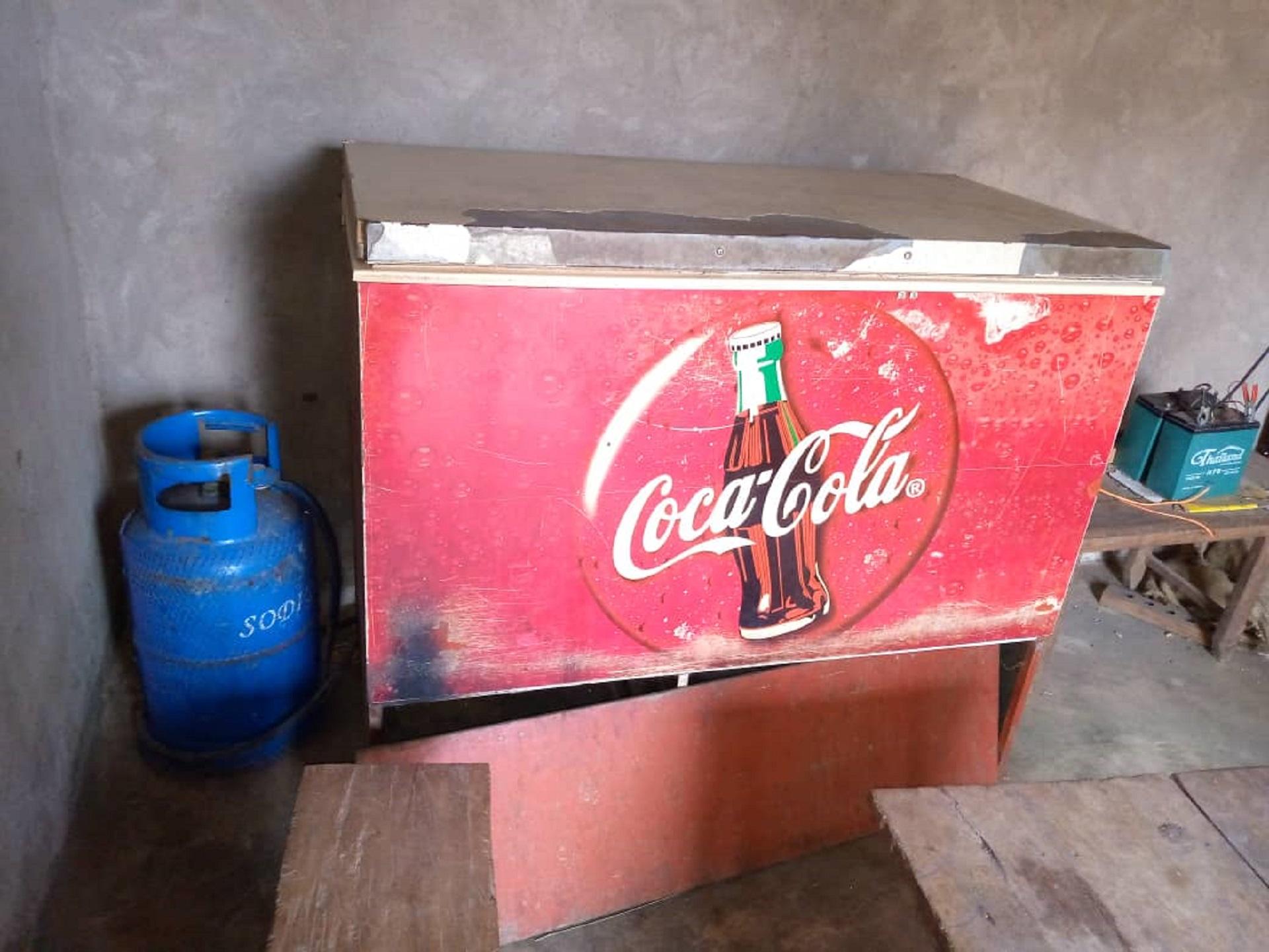 Un congélateur dans une arrière-boutique en Afrique