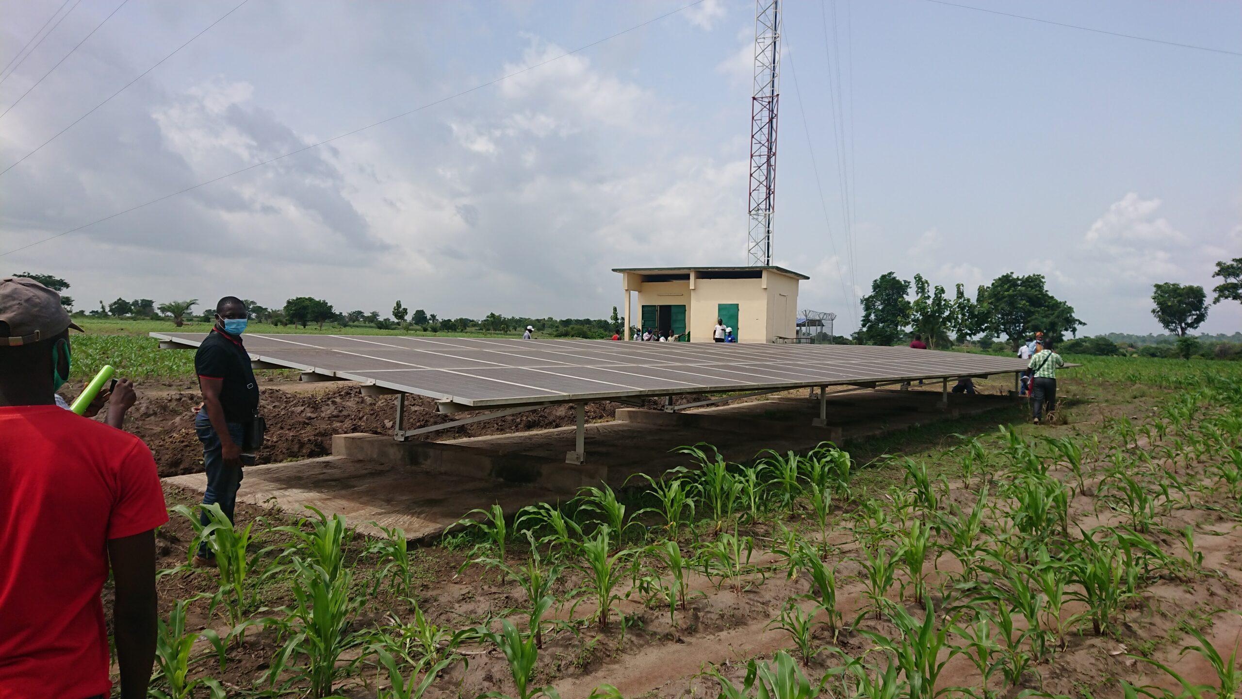 Un mini-réseau de panneaux solaires en Afrique de l'Ouest
